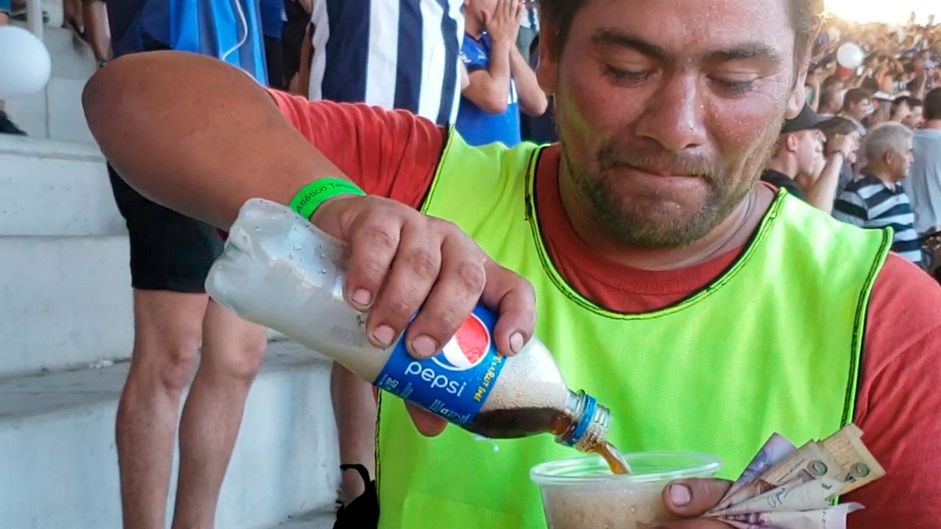 Otros que transpiran la camiseta en el fútbol: la historia de Jonny, un vendedor ambulante