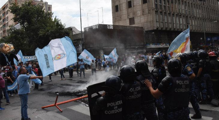 """Con marchas y """"huevazos"""" Luz y Fuerza intensificó la protesta"""