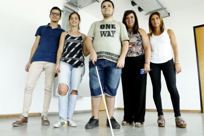 Crean en La Plata un bastón y anteojos inteligentes para personas con discapacidad visual y ceguera