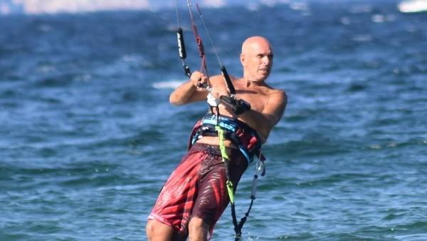 Video: El brutal ataque de un pitbull a un hombre que practicaba kitesurf en la costa
