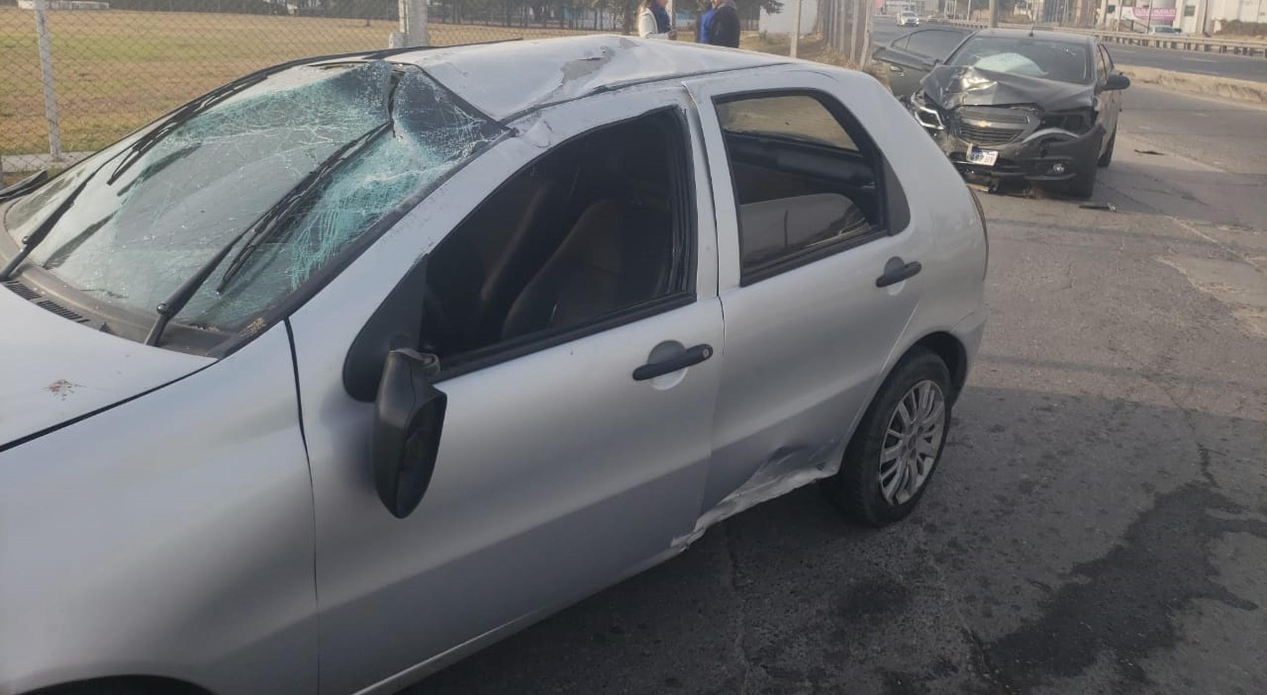 Madrugada de choques en Córdoba: dos postes derribados y una verja destruida