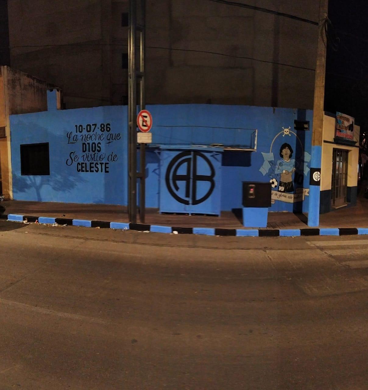El día que Maradona jugó para Belgrano tiene su mural en Alberdi: las fotos