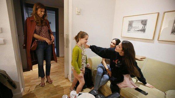 Tini Stoessel y Soledad Pastorutti recibieron a Juliana Awada y a Antonia en Madrid