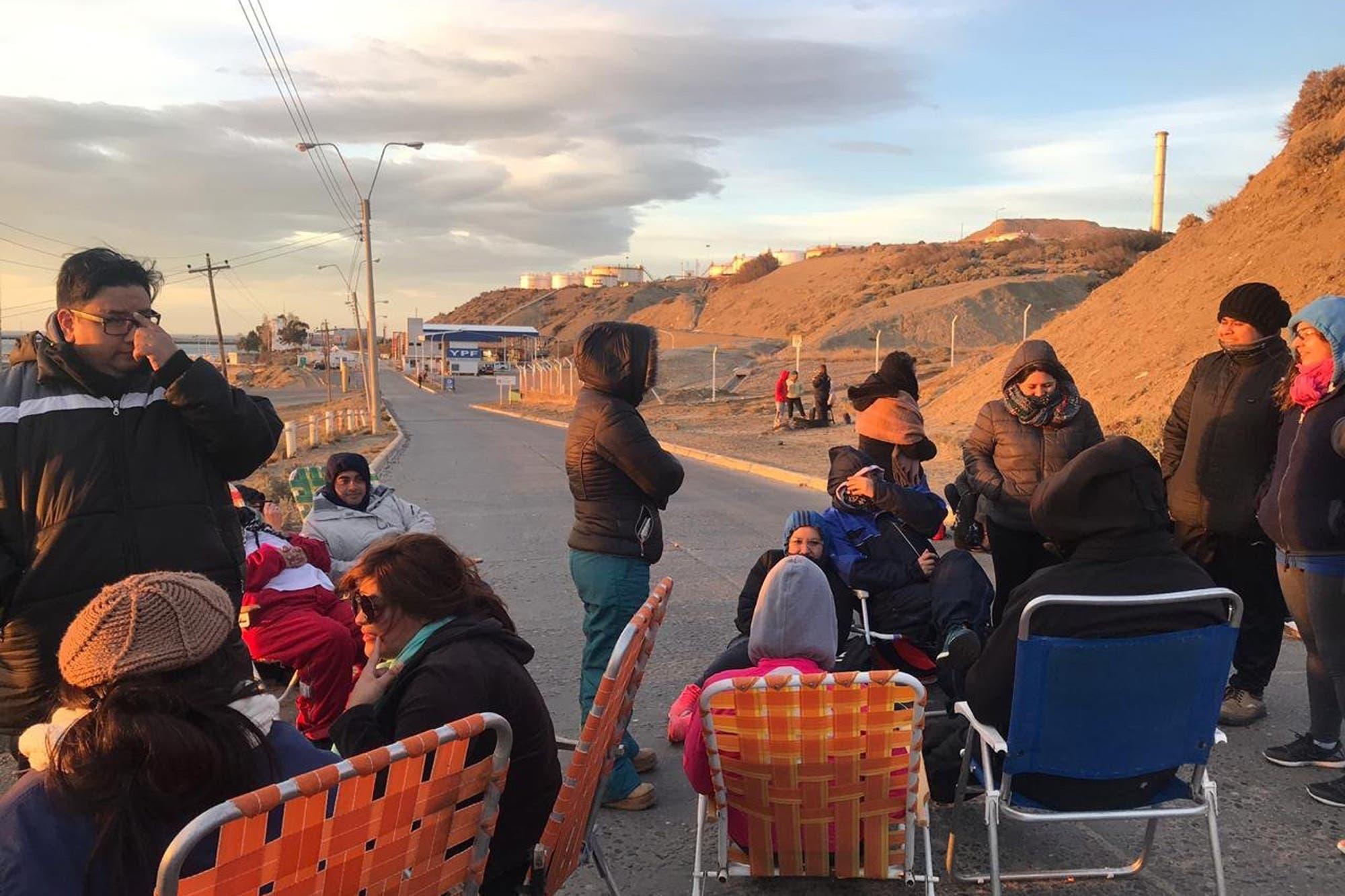 Chubut: bloquean el acceso a una planta de YPF y piden la mediación de la Iglesia