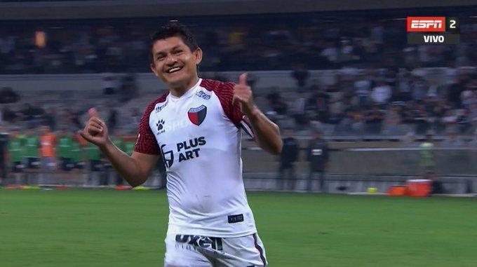 """Un genio: así pateó el penal la """"Pulga"""" Rodriguez en Mineiro-Colón"""