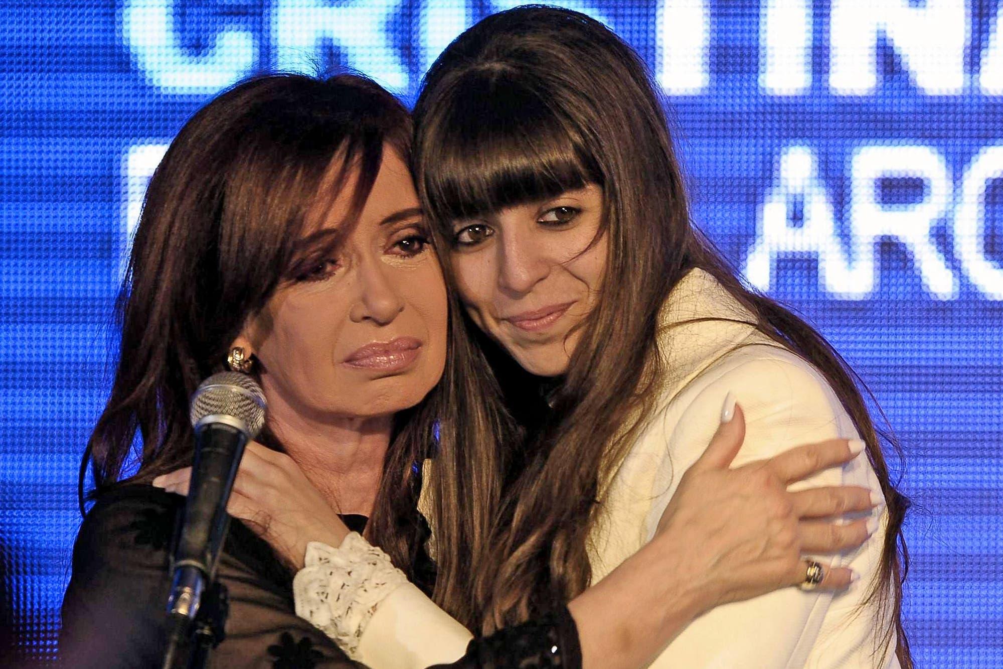 La salud de Florencia: Cristina Kirchner viaja otra vez de manera sorpresiva a Cuba y deja la campaña electoral