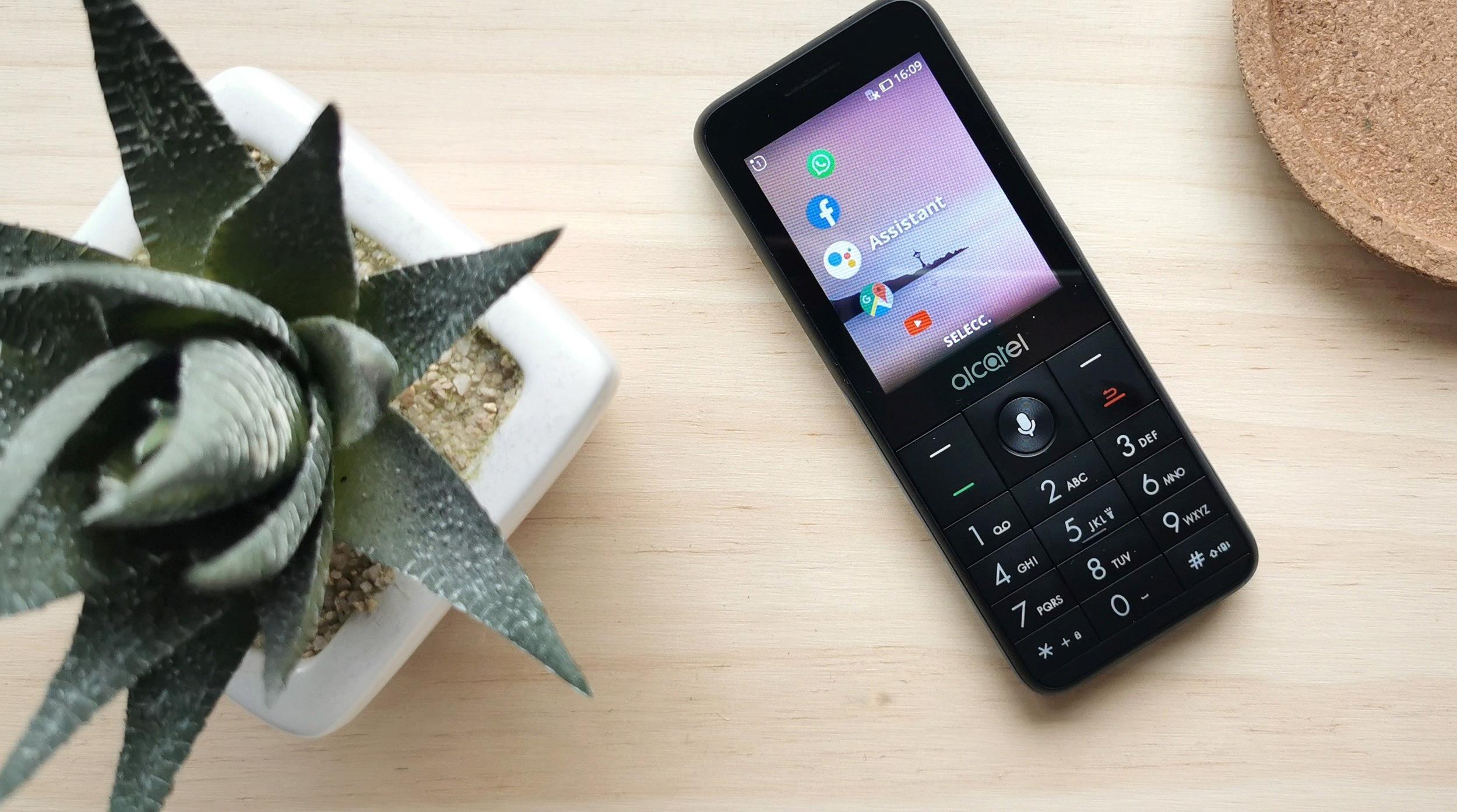 Los teléfonos básicos no se van: Alcatel lanza modelos con WhatsApp, Google Assistant y 4G