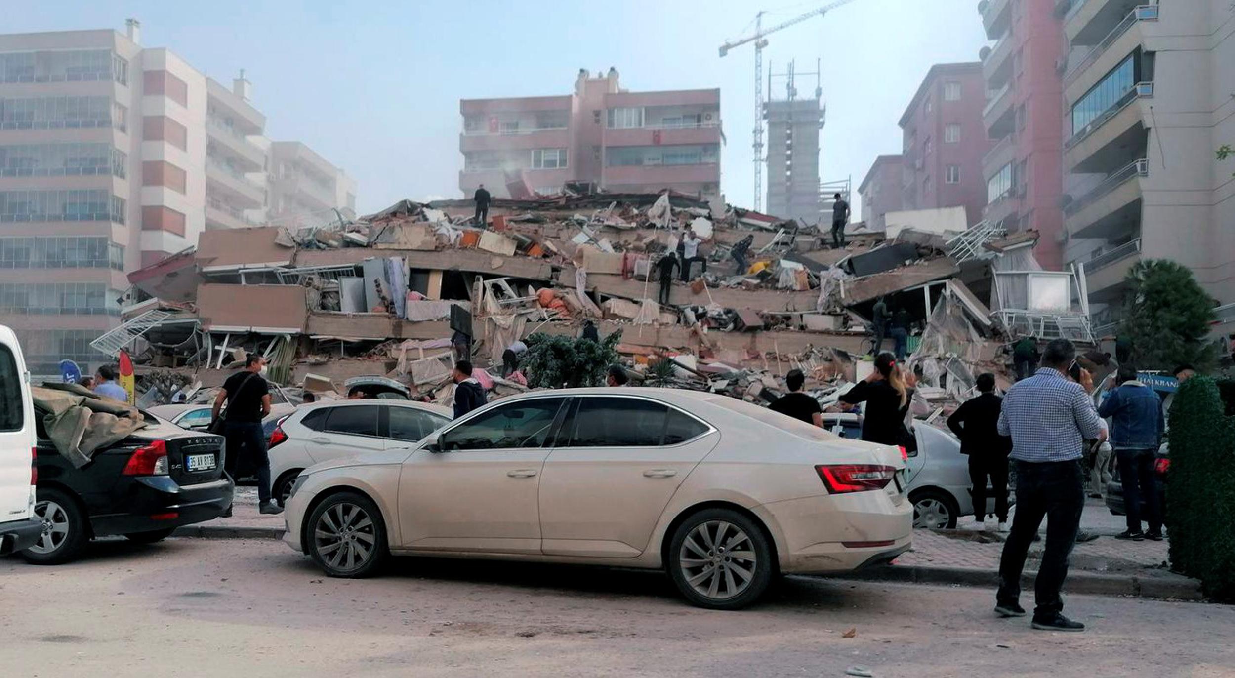 turquia:-al-menos-8-muertos-y-20-edificios-derrumbados-por-el-potente-terremoto-de-6,7°