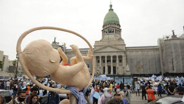 a-pesar-de-la-lluvia,-grupos-celestes-marcharon-al-congreso-para-oponerse-a-la-legalizacion-del-aborto