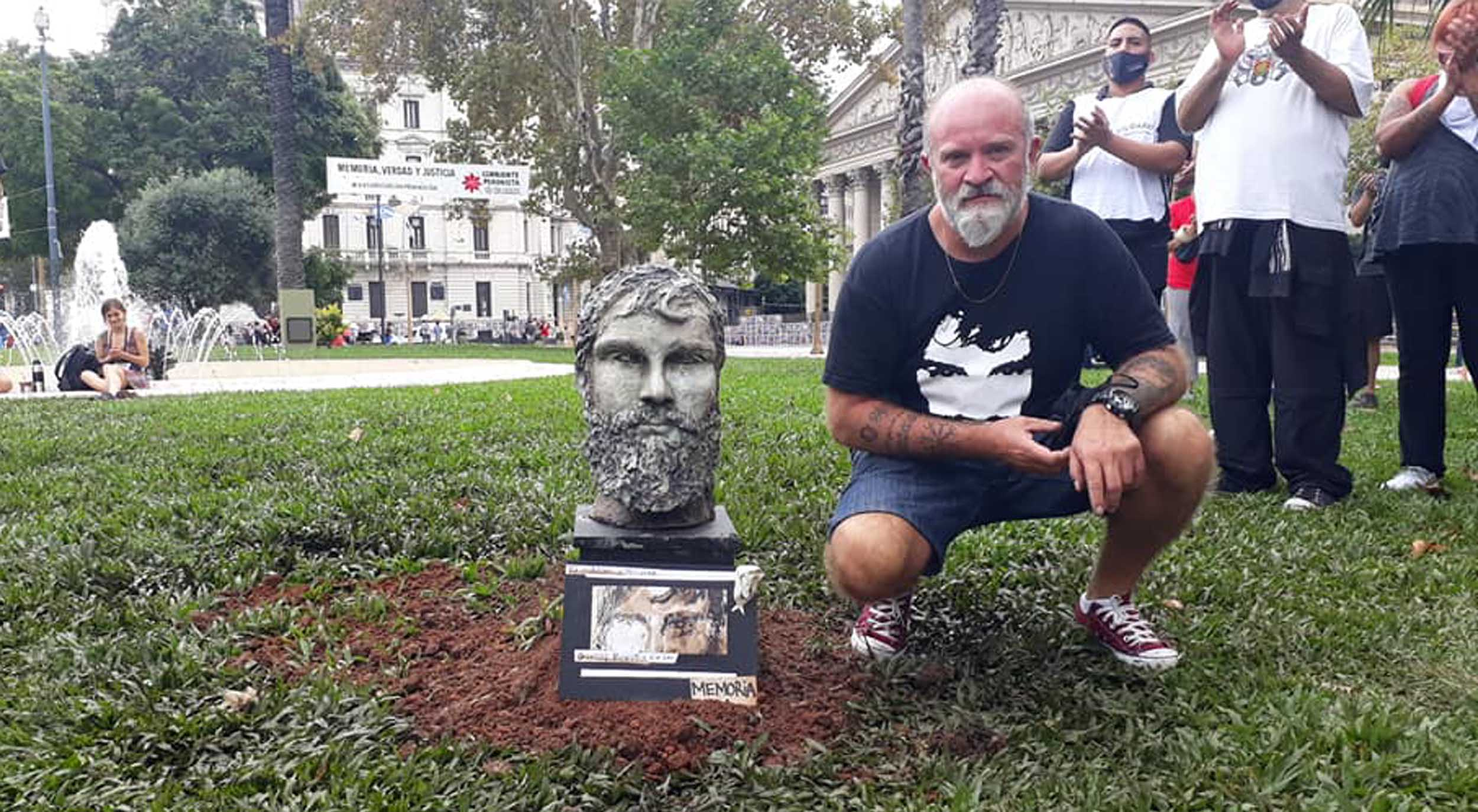 pusieron-un-busto-de-santiago-maldonado-en-la-plaza-de-mayo