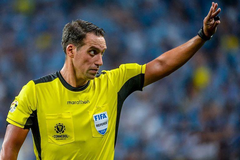 eurocopa:-fernando-rapallini,-el-jugador-e-hincha-que-les-protestaba-a-los-arbitros-y-ahora-dirigira-a-las-figuras-europeas