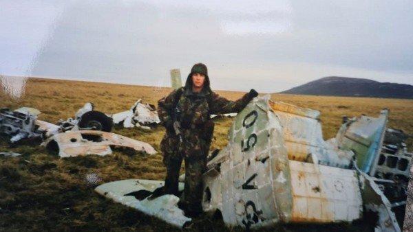 un-soldado-britanico-devuelve-a-la-argentina-restos-de-un-avion-derribado-en-la-guerra-de-malvinas