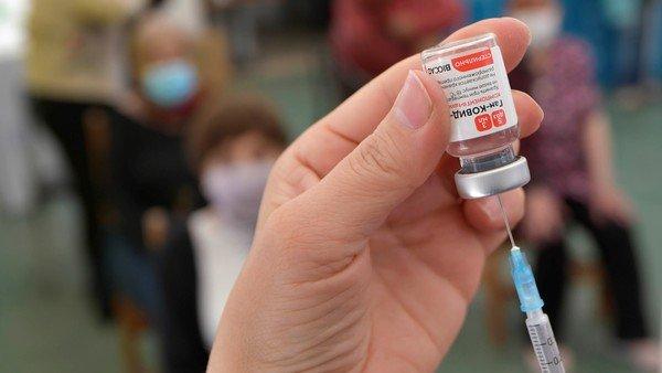tercera-dosis-de-la-vacuna-covid:-que-esta-haciendo-el-mundo-y-que-recomiendan-los-expertos
